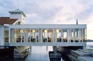 Gullmarsstrand Hotell: Utsikt utover havet fra badehuset – et bygg over vannet.