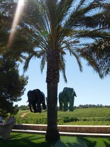 Elefantkunst festet i palmene.