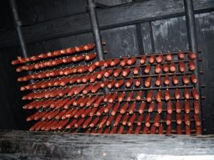 Her henger spekepølser på rekke og rad under taket.