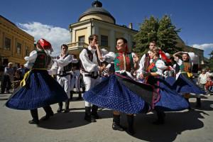 Livlig folkedans i Beograd