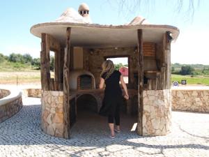 Et lite utendørskjøkken i hobbit-stil. Perfekt til sene sommerkvelder på vingården.