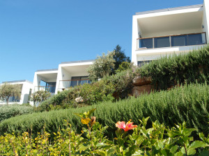 Her er noen av de stilrene husene med havutsikt på Martinhal.