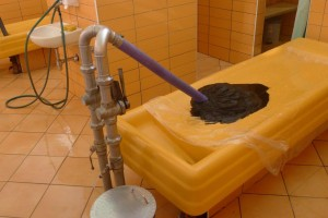 Lokal leire blandes med mirakelvannet, som pumpes ut i store kar ved resorten Egles+.  Foto: Alf G. Andersen