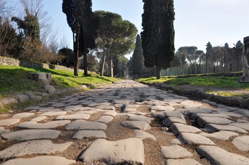 Den brolagte gaten Via Appia Antica.