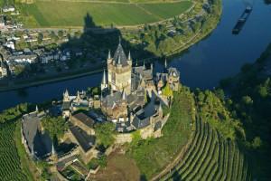 Det tyske vinslottet Reichsburg med panoramautsikt til elven Moselle