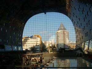 Topp til tå vinduer gir en herlig utsikt hvor enn du beveger deg rundt Markthal i Rotterdam. Foto: Yvette-Marie Solem
