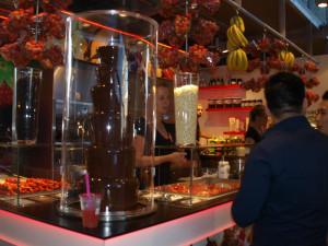Jordbær og bananer i lange baner, dyppes i flytende sjokolade. Nam! Foto: Yvette-Marie Solem