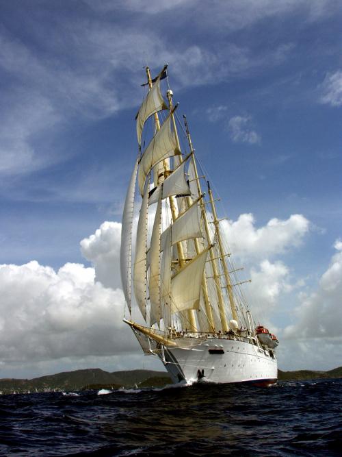 Star Clipper er en klipper, en moderne versjon av den gamle seilskip-typen, har fire master, 16 segl totalt.