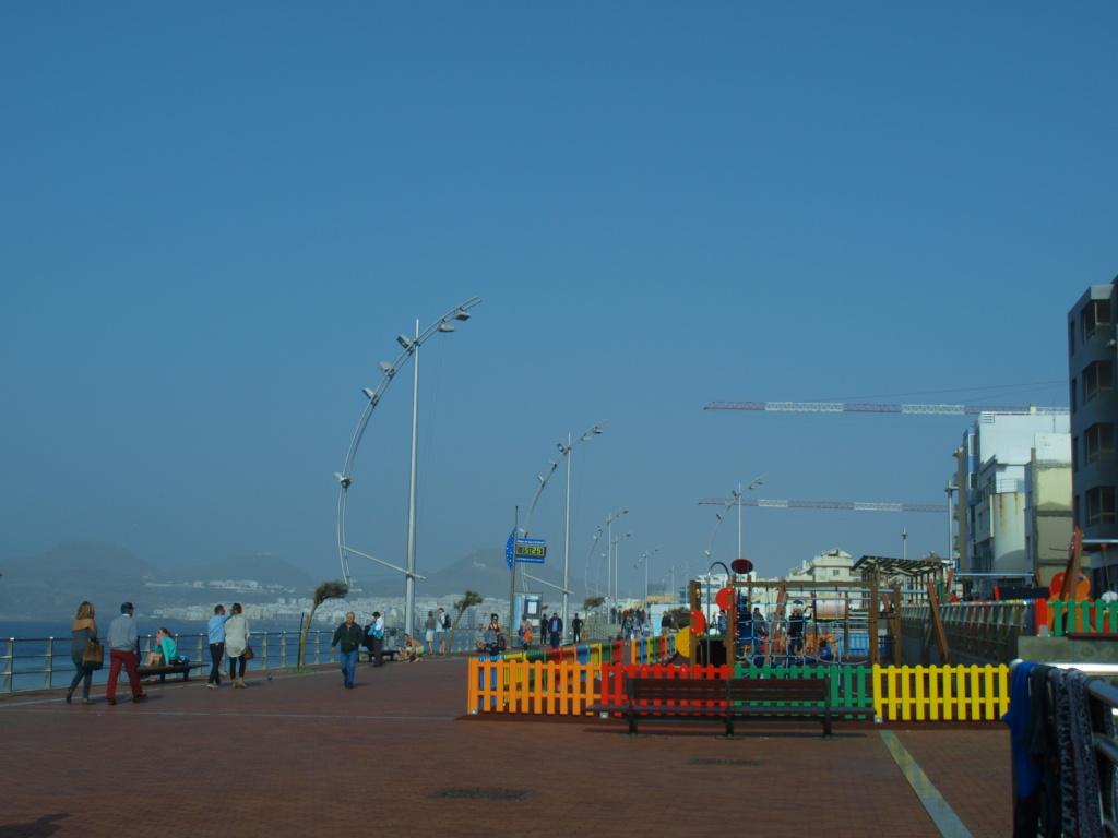 Fargerik lekeplass for barne på selve strandpromenaden i Las Palmas. Foto: Yvette-Marie Solem
