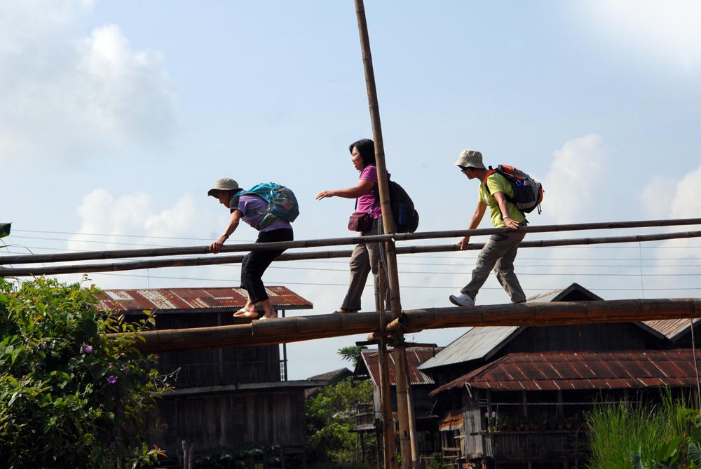 Et litt skøyeraktig bilde av noen fra reisefølget som ikke føler seg helt trygge på den spinkle brua. Fra Burma. Foto: Per Henriksen