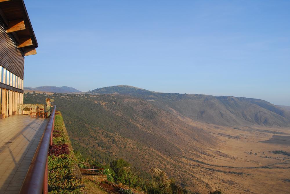 Utsikt over Ngorongoro-krateret i Tanzania. Her er det mye utsikt, men også noe å holde seg fast i på venstre side. Foto: Per Henriksen