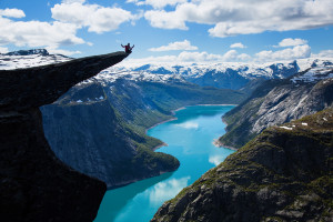Trolltunga - et populært sted for frierier. Foto: Asgeir Helgestad/Artic Light AS/visitnorway.com/Innovation Norway