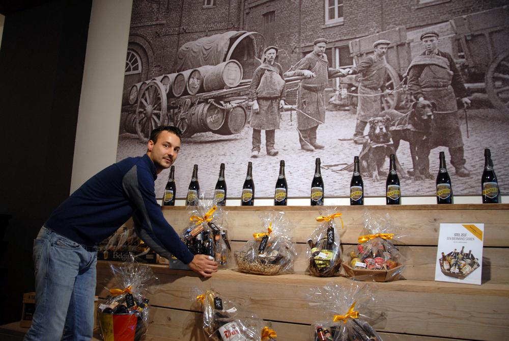 Hos Stijn Depoortere er gavepakninger populært, og han har dekorert veggen med foto fra første verdenskrig.