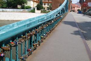 Kjærlighetsbroen Tumski Bridge er fullt med hengelåser fra forelskede par som lover hverandre evig kjærlighet. Elven er full av nøkler fra hengelåsene. Går du over denne broen, finner du mange av byens gnomer.