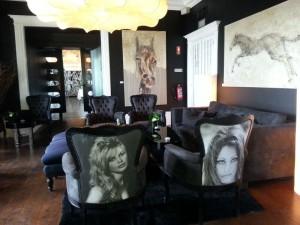 Lekre møbler med en touch fra Hollywood. Foto: Cristina Maria Solem