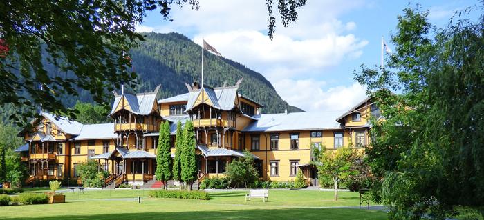 Dalen Hotell i Telemark, kan du nå søke opp på Reiseliv, og bestille rom der. Eller mange, mange andre hoteller rundt i Norge.