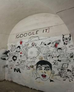 Nedlagte steder er et paradis for grafittikunstnere og andre som liker å uttrykke seg selv gjennom maling. Et klart budskap. Google it!
