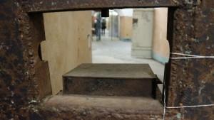 Det lukter rått, det er kaldt, og her var det heller ikke mye til utsikt: Denne luken var fangenes eneste utsyn til verden utenfor. Bare tanken på at dette var det eneste vinduet til verden utenfor cellen kan gi en klaustrofobi.