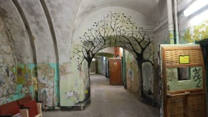 En fargerik korridor i Patarei Prision, Tallinn.