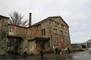 Utenfor Nobblessner Shipyard i Tallinn. Fotografer, journalister og bloggere går i puljer inn i bygningen som ble bygget under 1.verdenskrig. Alle foto: Yvette-Marie Solem