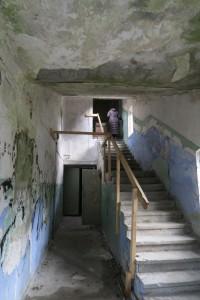 En forlatt bygning som Noblessner Shipyard i Tallinn byr på mange fargekontraster og overraskelser. Her går trappen opp til tredje etasje.