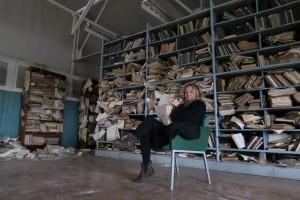 Et salig rot. Her blar Reiselivs Yvette i gamle skipstegninger. Fotograf: ukjent