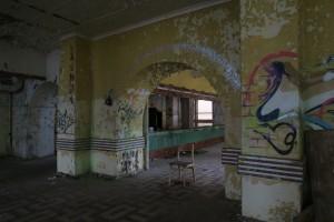 I første etasje av bygningen fant vi dette rommet. Under stolen lå det teaterblod, brukt i en eller annen filmsammenheng.