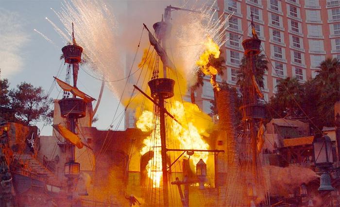 Treasure Island Hotel & Casino har fri teaterforestilling på gateplan hvor du kan se et sjørøverskip angriper en by som blir satt i brann.