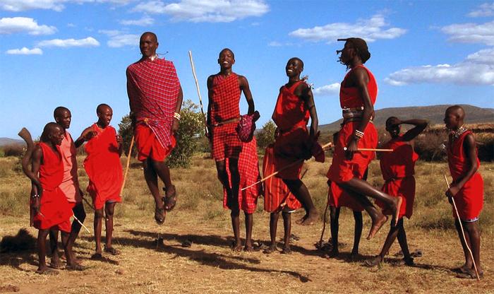 Et møte med masaier er en interessant opplevelse. De hopper og hilser og ønsker deg velkommen. Foto: Pixabay