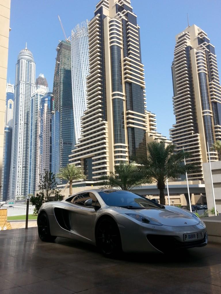 Dubai: Sportsbiler er et vanlig syn i bybildet. Her fra baksiden av den populære stranden Jumeirah Beach. Foto: Yvette-Marie Solem