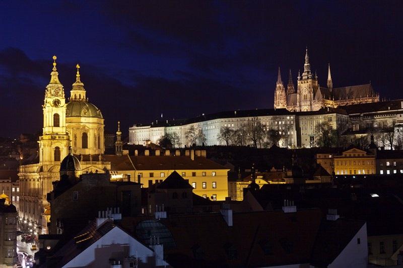 Praha lyser vakkert opp når mørket senker seg. Foto: Martin Marak