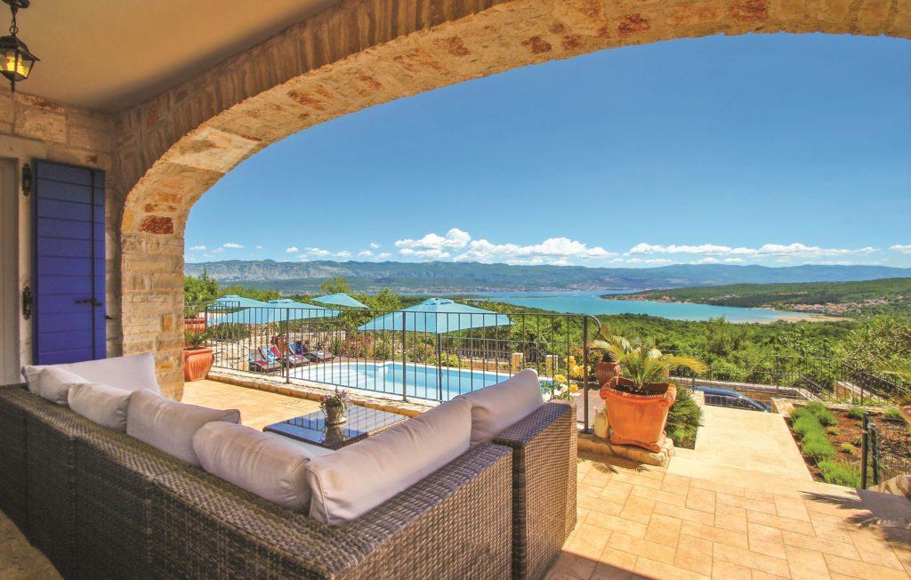 Kroatia: Et lekkert feriehus på øya Krk i Kroatia. Foto: Novasol