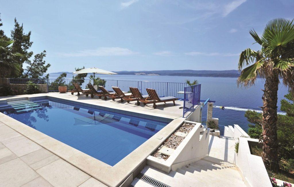 Kroatia: Bo i Omis med panoramautsikt over Adriaterhavet. Foto: Novasol