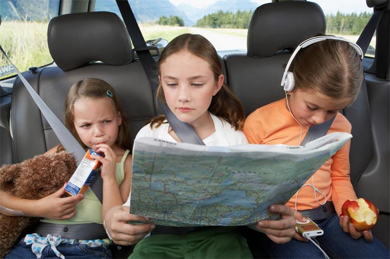 De minste er kanskje tålmodige - men strekk ikke strikken for langt: Gi dem en sjanse til å oppleve noe også gjennom timene i bilen. Delaktige i å finne frem, kanskje?