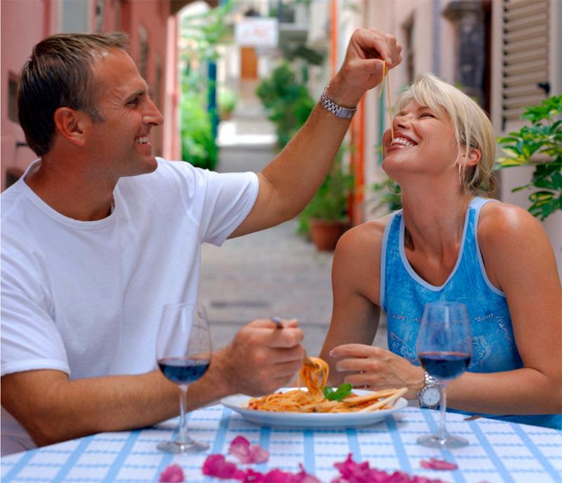 Når man endelig er fremme ved dagens reisemål, er det godt å slappe av med god mat, et glass vin og litt flirt. Foto: Reiseliv/Arkiv