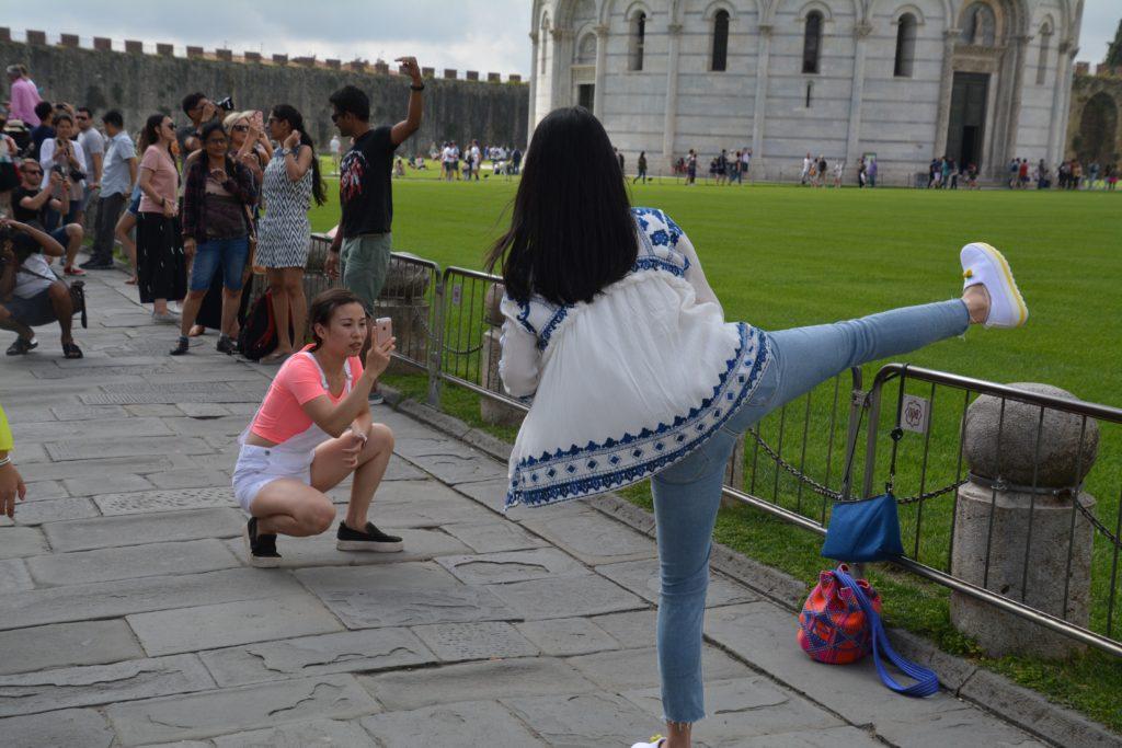 Italia: Denne poseringen der man støtter opp det skjeve tårnet i Pisa med et bein var den vi så minst av. Foto: Yvette-Marie Solem