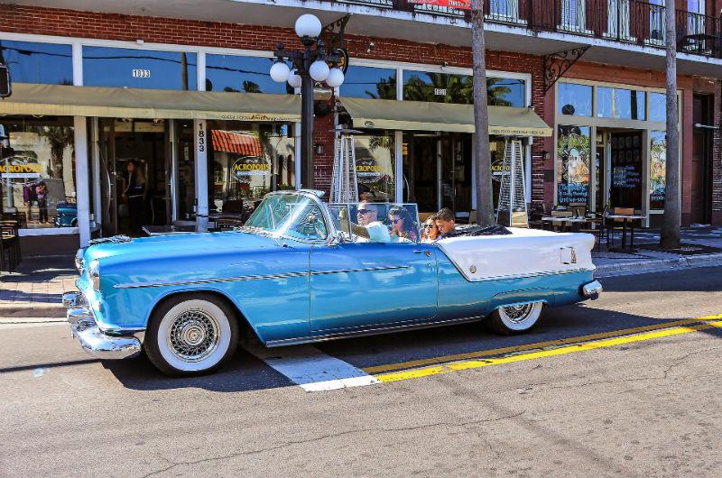 En klassiker- det ruller mange slike velholdte klassikere rundt på veiene i USA, og eierne er alltid villig til å slå av en prat om veteranbiler. Særlig sin egen.