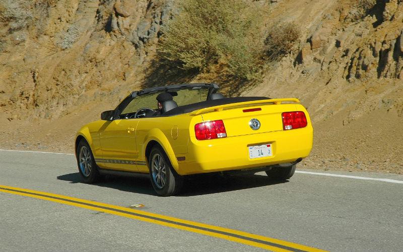 Ford Mustang i alle freske farger ser ut til å ha blitt mote i California, langs Stillehavskysten, på Highway 101.