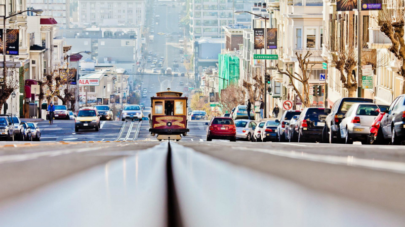 San Francisco: Trikkene som tusler rundt i gatene er populære blant turister, og en av de mange fargeklattene du kan få med deg i denne ikke altfor store byen ut mot Stillehavet