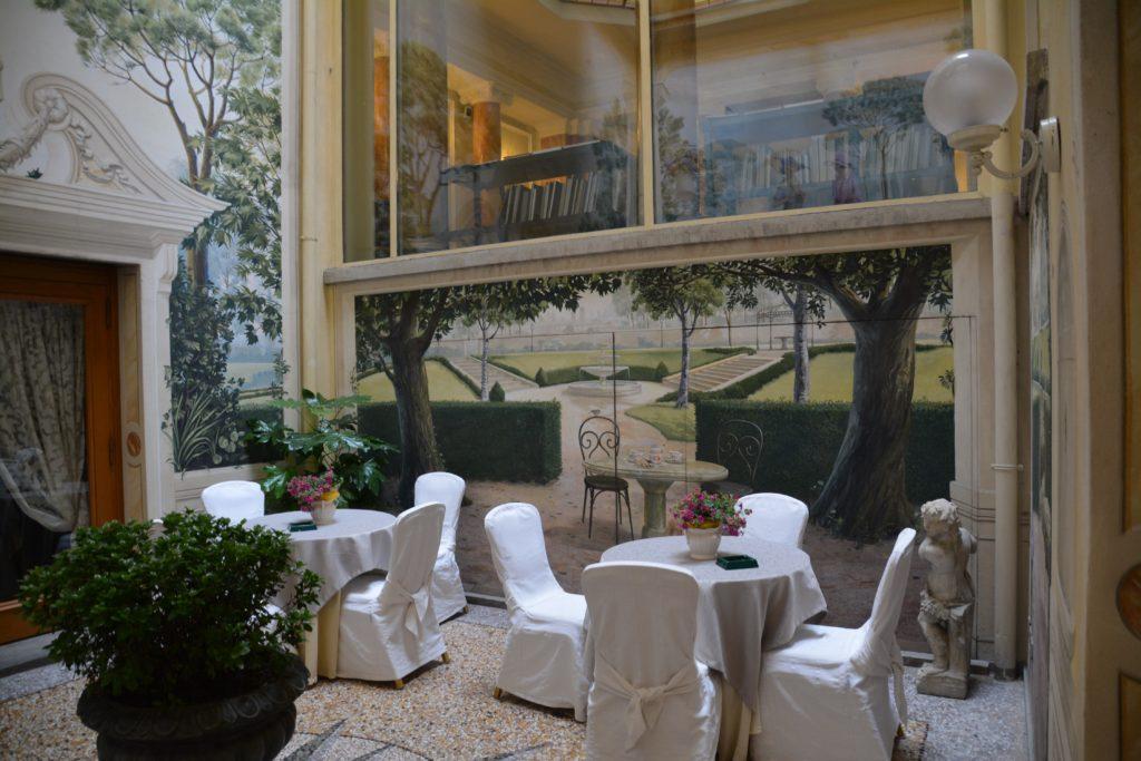 Bologna: Koselig uteområde under frokostbufeen. Foto: Yvette-Marie Solem