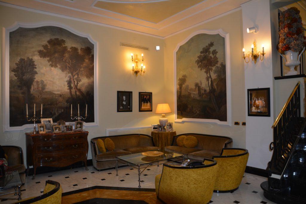 Bologna: Grand Hotel Majestic har fotografert alle kjendisene som har overnattet på hotellet. Bildene henger både på veggene omkring og på kommodene i denne lougen. Foto: Yvette-Marie Solem