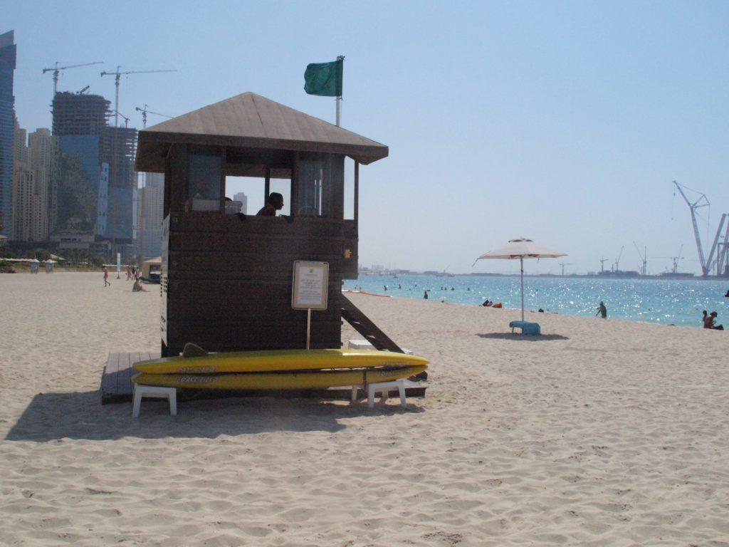 Dubai: Jumeirah Beach har badevakter langs stranden med jevne mellomrom. Foto: Yvette-Marie Solem