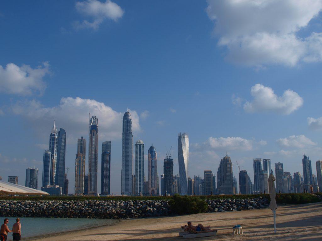 Dubai: Jumeirah Beach byr på surrealistisk utsikt til  byens skyskrapere. Foto: Yvette-Marie Solem