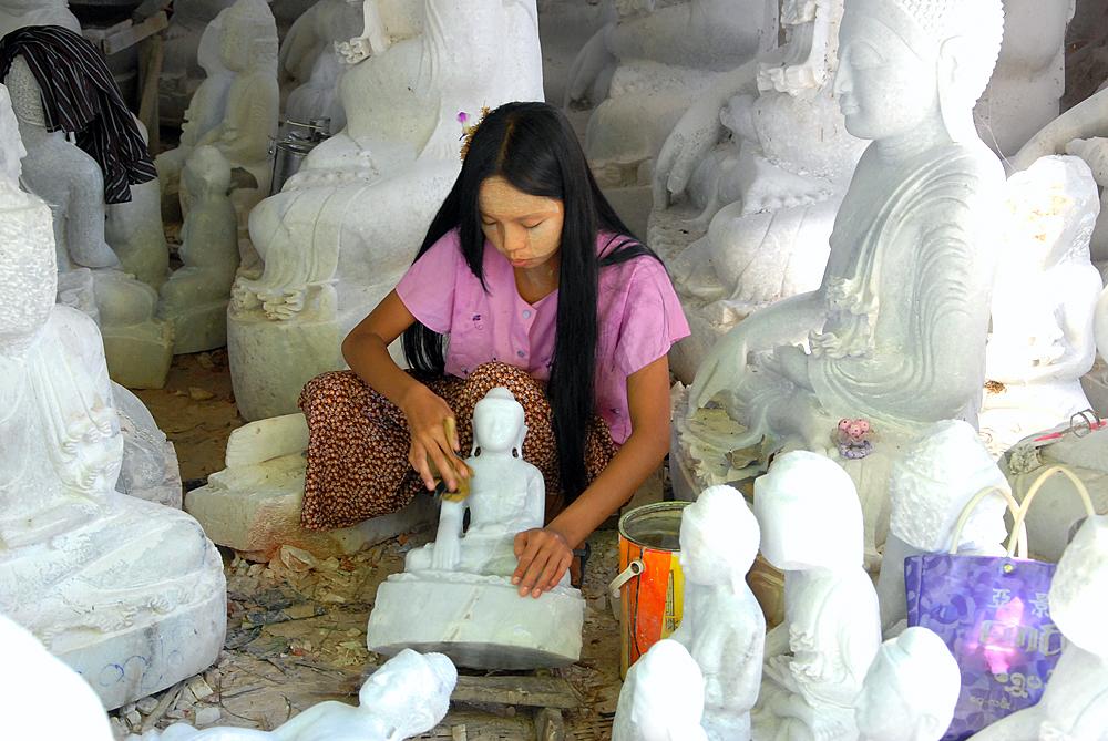 Polerer buddhafigurer av marmor. I Mandalay r det en stor industri med å hogge ut Buddha-figurer av marmor. Siste hånd på verket er polereing. Foto: Per Henriksen