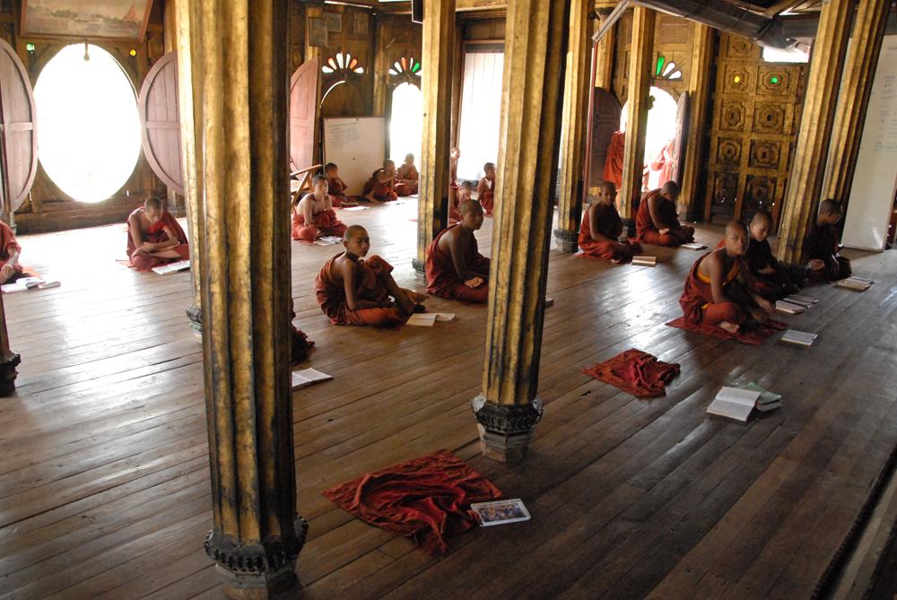 Mange barn sendes til templer for å lære å lese og skrive, fordi det ikke finnes grunnskoler i området. Foto: Per Henriksen