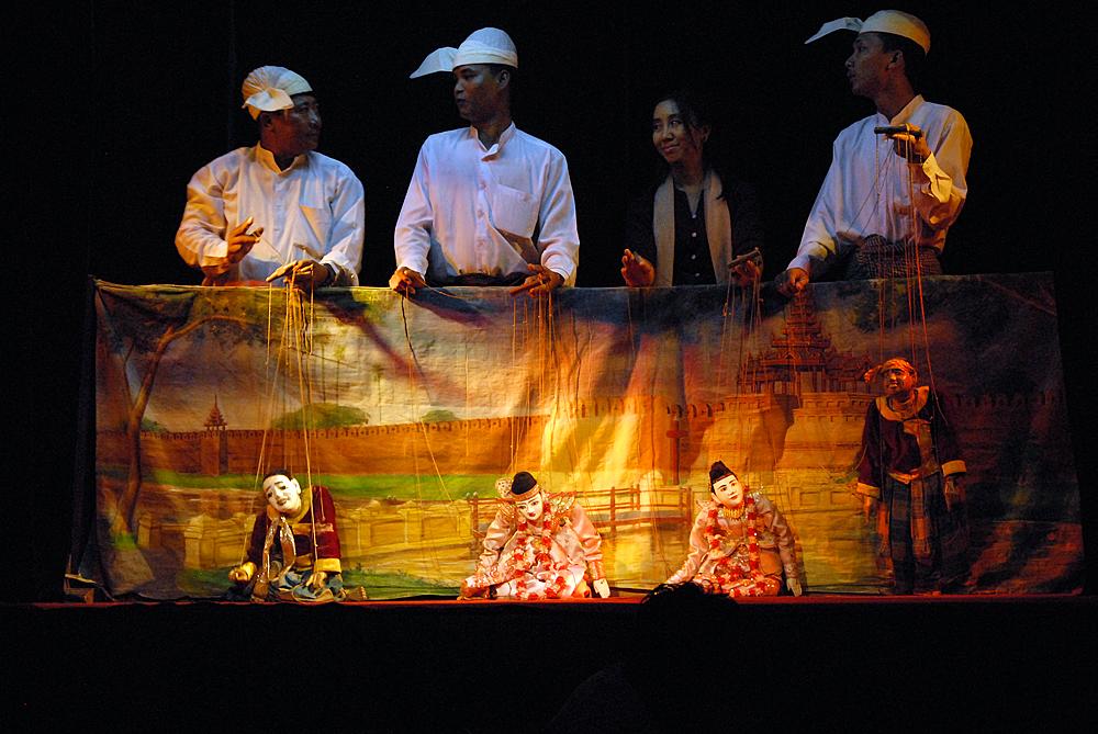 Eldgammel tradisjon med dukketeater holdes fortsatt i hevd i Mandalay. Foto: Per Henriksen