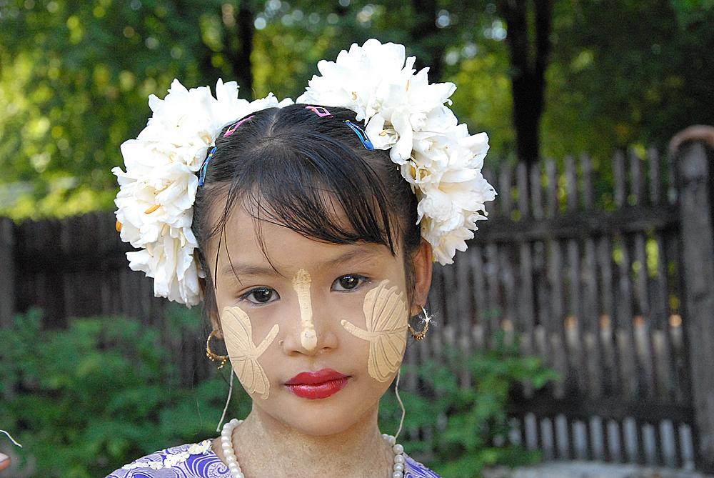 Blomsterpiken: Ung jente pyntet seg som en Lady for å selge blomster i gatene i Mandalay. Foto: Per Henriksen
