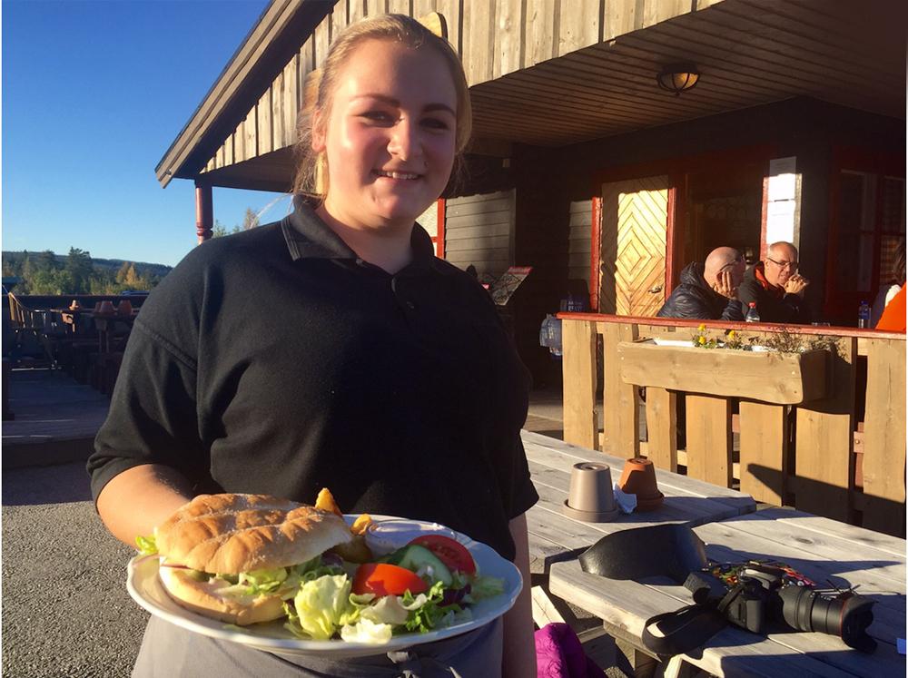 Dagstur med middag: Servitør Caroline ved Blestua kommer med Linns burger, bestående av elgkjøtt med tyttebærrømme.