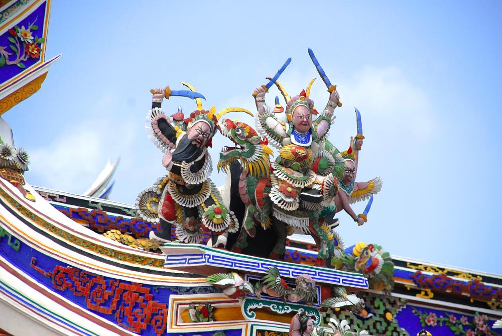 Artige hindufigurer på taket av et tempel i Kuala Lumpur, en fargerik og spennende storby.