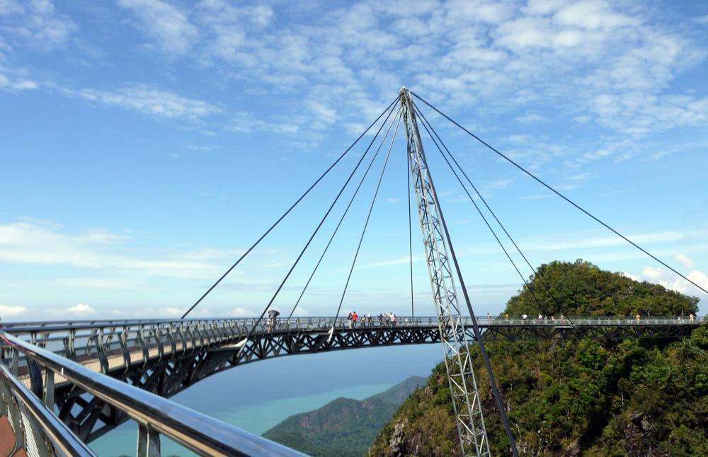 Langkawi er et av stedene turister kjenner godt, og mange drar dit før eller etter oppholdet i Kuala Lumpur. Bildet viser Langkawi Sky Bridge opp i fjellene på øya.